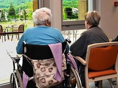 Anziani delle RSA potrenno riabbracciare i parenti entro il 15 maggio.