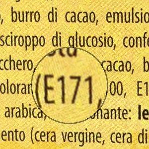 Un'etichetta alimentare indicante, tra gli ingredienti, il colorante E171.
