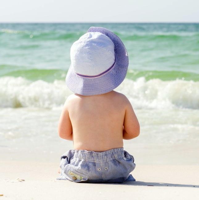 Esposizione al sole tassativamente da evitare ai bimbi fino a 6 mesi.